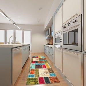Malé kuchyně s barevným kobercem